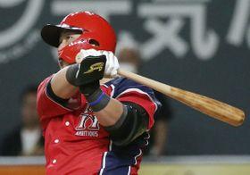 4回日本ハム無死、中田が左越えに本塁打を放つ=札幌ドーム
