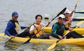 カヌーを通して同世代の交流を楽しむ生徒ら
