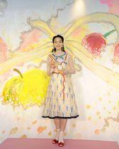 発表会に登場し、自身が描いた絵の前に立つ、のん=東京都内