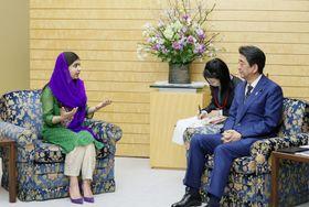 ノーベル平和賞受賞者のマララ・ユスフザイさん(左)と会談する安倍首相=22日午後、首相官邸