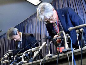 記者会見で謝罪するKYBの斎藤圭介取締役専務執行役員(右)とカヤバシステムマシナリーの広門茂喜社長=19日午後、国交省