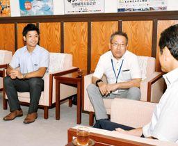 全日本クラブ選手権への意気込みを語る松山PX・千原監督(中央)と山口主将=22日、県庁