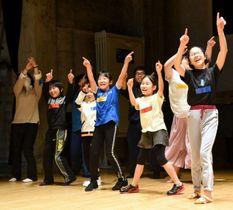 ワークショップで創作ダンスを練習する子どもたち