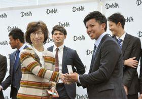 本社を訪問し、南場智子オーナー(左)と名刺交換する横浜DeNAドラフト1位の東