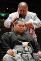 断髪式で先代東関親方から大銀杏にはさみを入れてもらう東関親方(元幕内潮丸)=2010年1月31日、東京・両国国技館