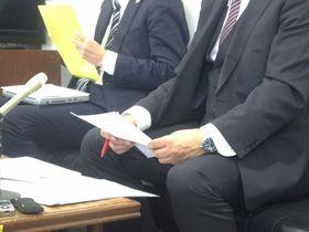 記者会見し、いじめ対策の重要性を強調した男子生徒の父親(右)=大津市役所