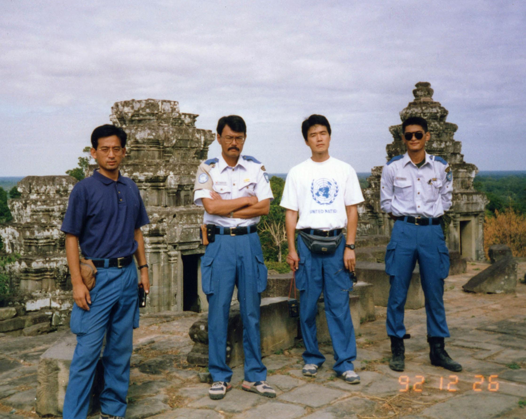 カンボジア・アンコールワットを休暇で訪れた平林新一(中央左)と高田晴行(同右)=1992年12月26日(敬称略)