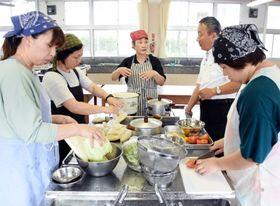 崎山尚子さん(中央)と料理を作る保護者ら=南さつま市の万世中学校