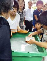 新設された体験学習棟で手すき体験を楽しむ子どもたち(保存会提供)