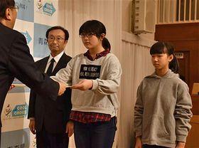 三村知事(左)から表彰状を受け取る浜館小の児童たち