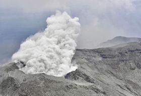 噴煙を上げる鹿児島県・口永良部島の新岳=17日午前11時52分(共同通信社ヘリから)