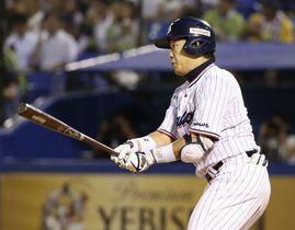 昨年8月23日の阪神戦で、通算千安打となる左前打を放つ大引内野手=神宮