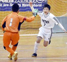 【アストロン―アステルFC】後半4分、同点ゴールを決めハイタッチするアステルFCの目黒琥(右)と泉沢=西部第2体育館