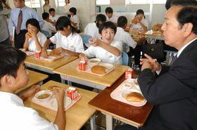 生徒と給食を味わう伊藤市長=長崎市福田本町、福田中
