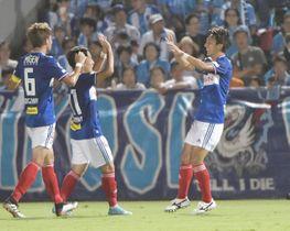 14日の横浜M-横浜FC戦前半、先制点を決め喜ぶ中川(右)=ニッパツ