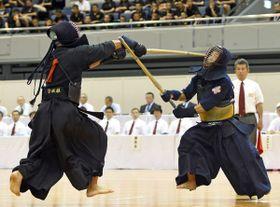 剣道男子個人決勝 佐野日大の大平(右)がコテを狙う=三重県営サンアリーナ