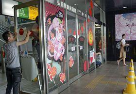 JR弘前駅中央口の自動ドアに設置された桜ミクと弘前ねぷたまつりがコラボしたデザインの装飾