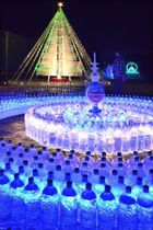青や緑色などに輝くペットボトルで作られたモニュメントが並ぶ会場(滋賀県東近江市石塔町)
