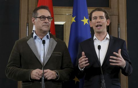 15日、ウィーンで記者会見する自由党のシュトラッヘ党首(左)と国民党のクルツ党首(AP=共同)