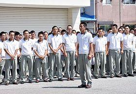 集まった生徒や教職員らを前にあいさつする平山雄介主将(手前)=鶴岡市・鶴岡東高