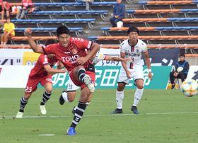 【福島ユナイテッドFC―いわてグルージャ盛岡】前半15分、PKで先制点を挙げる福島Uの武