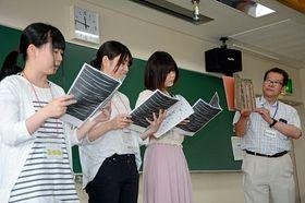 高校生らを前に、読み聞かせの実演をするメンバー