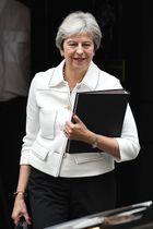 15日、ロンドンの英首相官邸を出るメイ首相(ゲッティ=共同)