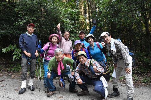 エベレストを展望するヒマラヤ街道トレッキングに挑戦する「もくようヒマラヤ隊」の隊員ら