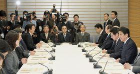 宇宙開発戦略本部の会合であいさつする安倍首相(右端)=12日午前、首相官邸