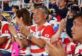 スタンドからリーチ・マイケル主将に声援を送る札幌山の手高の佐藤幹夫監督=13日、横浜・日産スタジアム