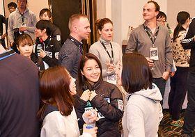 パーティーで談笑する高梨沙羅選手(中央)=山形市・山形グランドホテル