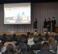 課題研究の成果を発表したグローバルフロンティアコースの生徒たち=水戸市千波町の水戸啓明高