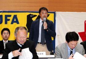 サッカーの全国高校選手権に向けて意気込みを語る神戸弘陵の谷純一監督=大阪市中央区