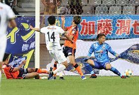 AC長野−群馬 後半ロスタイム、群馬・田中(14)に決勝ゴールを許すAC長野・GK立川(右)