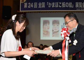 管家一夫・西予市長(右)から表彰状を受け取る大賞の瀬尾楓さん=21日午前、同市城川町下相