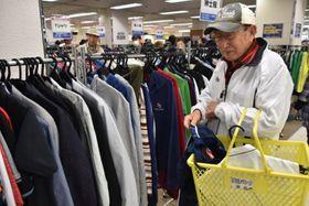 衣類を買い求める来場者