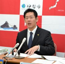 【伊勢市の平成31年度当初予算案を発表する鈴木市長=市役所で】