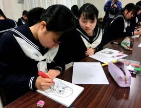 みなと祭の英語看板に付けるイラストを描く尾道東高生