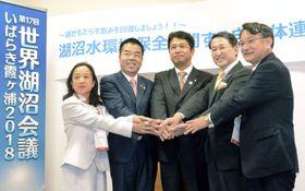 湖沼の生態系や水質の保全で連携を発表した5県の知事ら=16日午後、茨城県つくば市