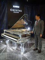 新たに開発したクリスタルグランドピアノ=19日午後、東京・六本木の東京ミッドタウン