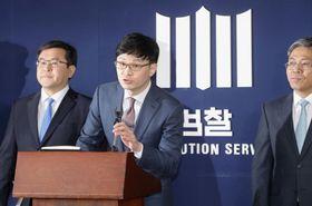 韓国の梁承泰前最高裁長官に対する中間捜査結果を発表する検察幹部=11日、ソウル(聯合=共同)