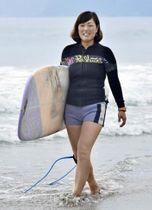 大岐の浜でサーフィンをする松下歩さん(土佐清水市)