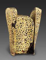 騎馬民族王朝「遼」の第6代聖宗の側室の墓から見つかった銀地に金メッキを施した冠。遺体が身に着けていたものとみられる(内蒙古文物考古研究所提供)