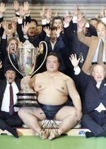 2017年3月、大相撲春場所で2場所連続2度目の優勝を果たし、賜杯を手にする横綱稀勢の里=大阪市