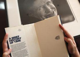 ホーキング博士の母印入りの著書「ホーキング、宇宙を語る」=19日、ロンドン(AP=共同)