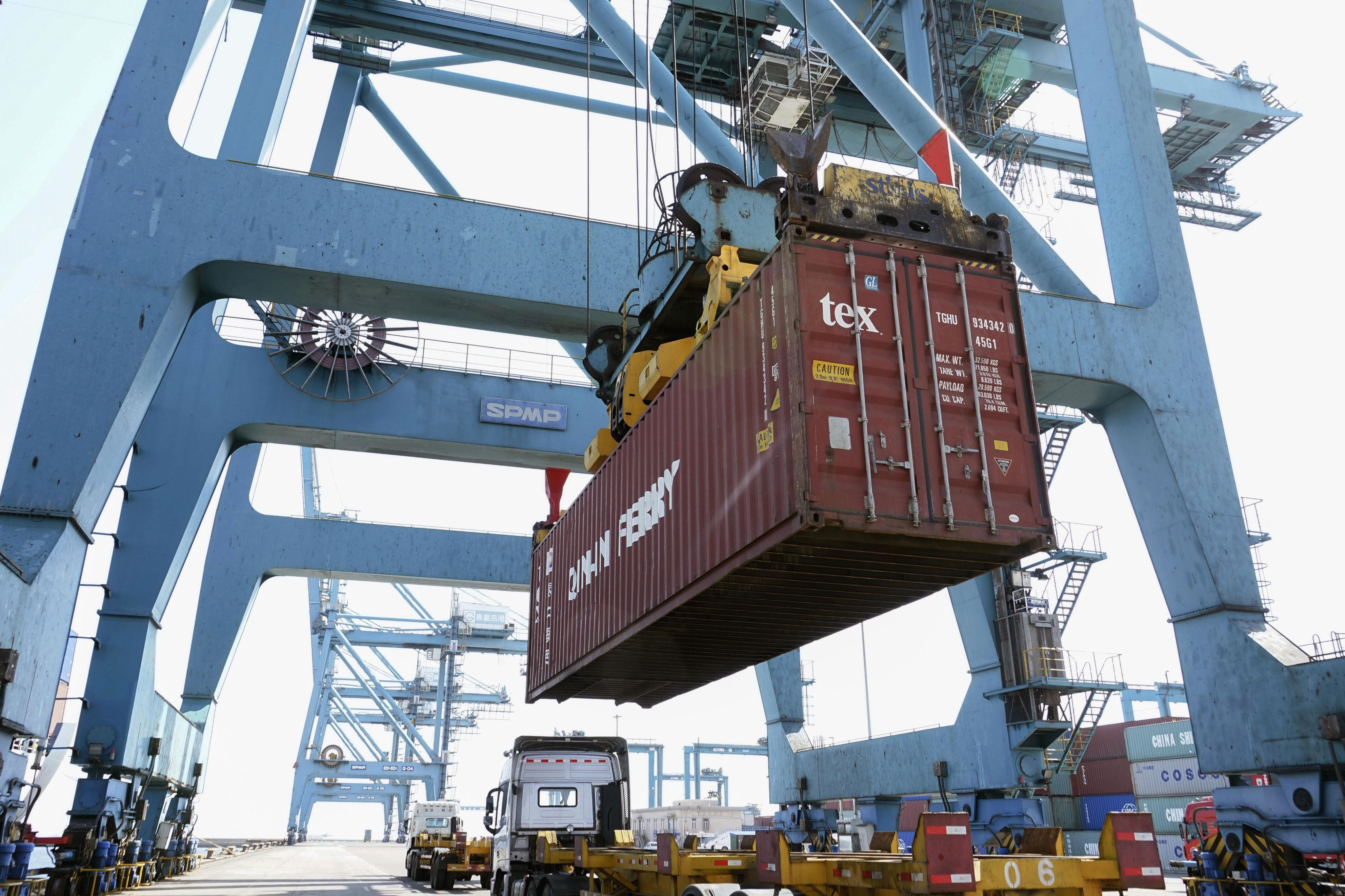 中国河北省の港に到着した韓国からの貨物コンテナ=22日(新華社=共同)