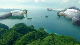 公開された動画の一場面。福山さんが浅茅湾に横たわる(長崎県提供)