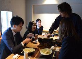 月1回の会議で昼食を楽しむメンバー