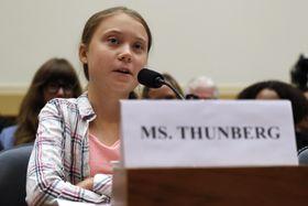 18日、米下院委員会の公聴会で証言したスウェーデンの少女グレタ・トゥンベリさん(AP=共同)