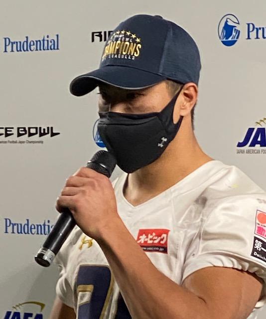 1月のライスボウルで優勝し、インタビューに答える李卓選手=東京ドーム